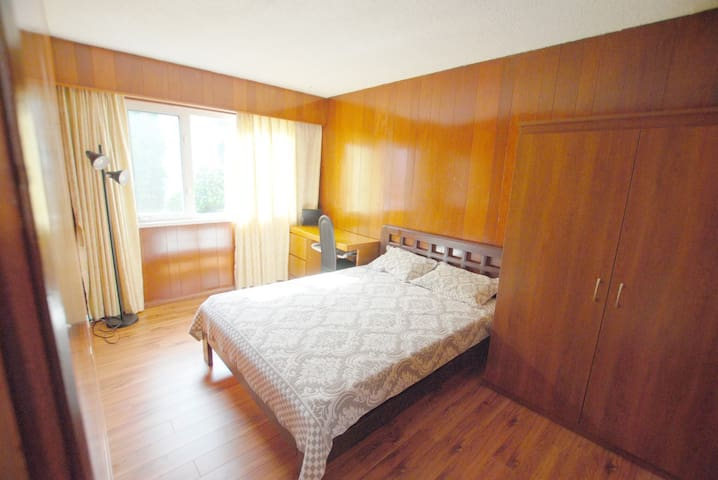 Private room 1 (Shared bathroom/Close to langara)