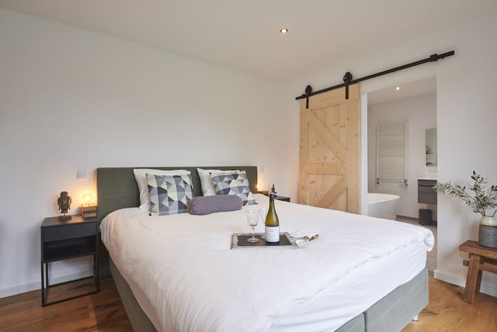 Free parking, private suite near NDSM/City Centre