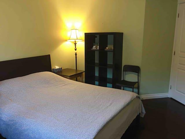 C. Queen-size bed+breakfast+shared bathroom