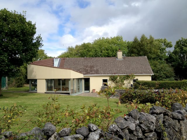 Atmospheric Irish cottage near Kinvara. - Galway - Bungalov