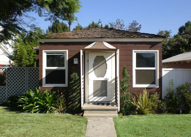 Storybook Cottage One Block from Mission