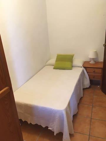 Habitación individual con armario