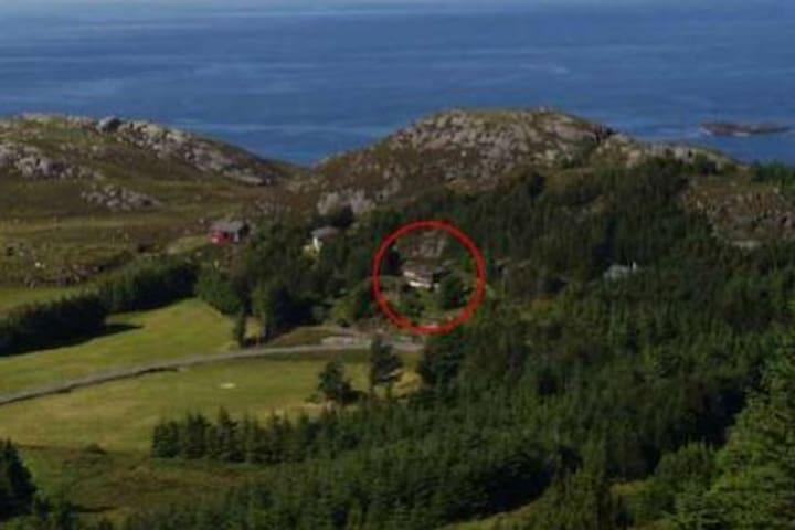Hytten ligger som nr. 2 på høyre side når man kommer til Kråkenes.