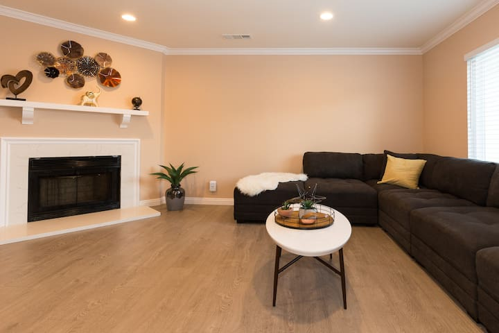 Large Mid-Century 2 Bed 2 Bath Home in Los Angeles