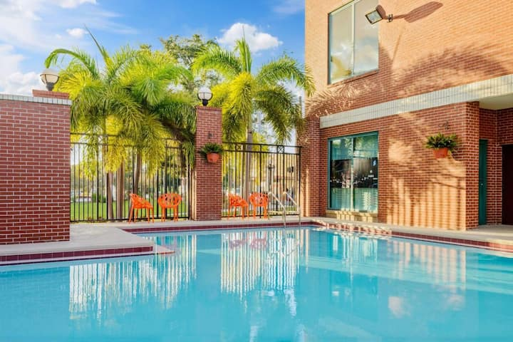 Modern King Unit, Near Attractions, Pool!