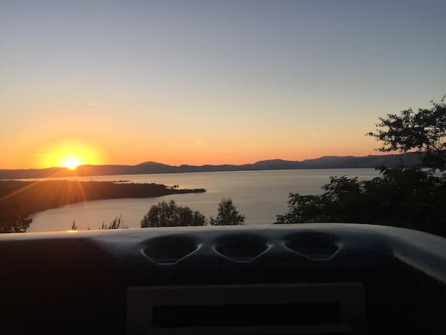 Queen Lake View w/Hot tub