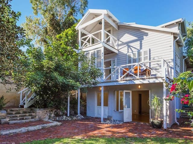 Romantic Coastal Cottage - North Fremantle