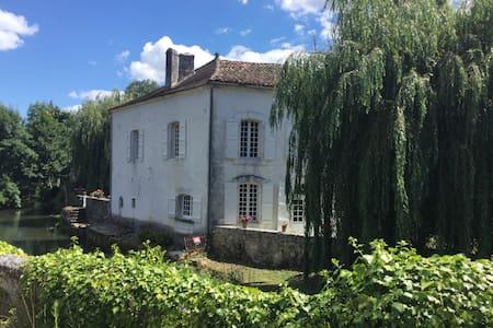 Maison Du Pont: Riverside B+B ~ Bedroom 2 ~Le Pont - La Rochebeaucourt-et-Argentine - 住宿加早餐