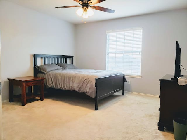 Private Room with Queen Bed and Smart TV