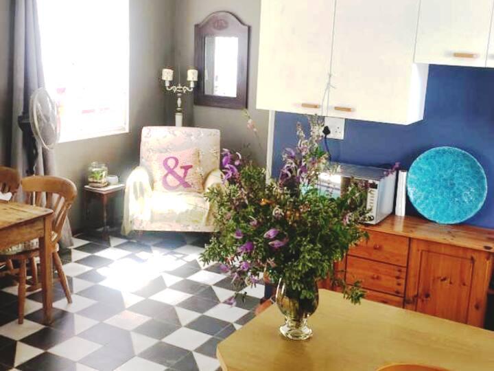 Garden Cottage: private, spacious & light