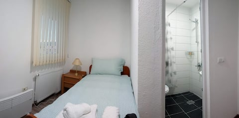 Relaxed single room w/ bathroom and TV ★★★★