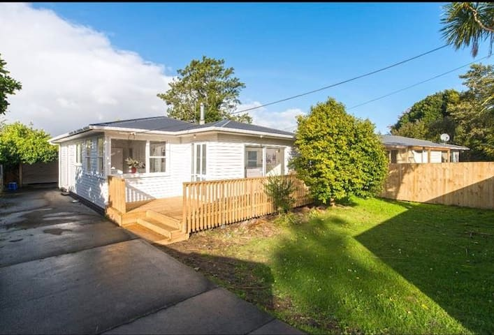 Auckland 西区 Henderson 水晶山 脚小非常安静的一座别墅
