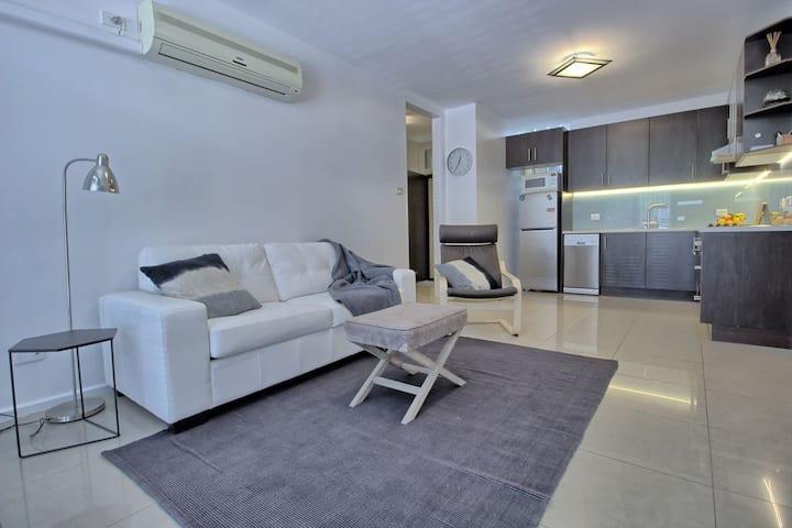 Modern North Adelaide 2 bedroom w/WIFI + parking