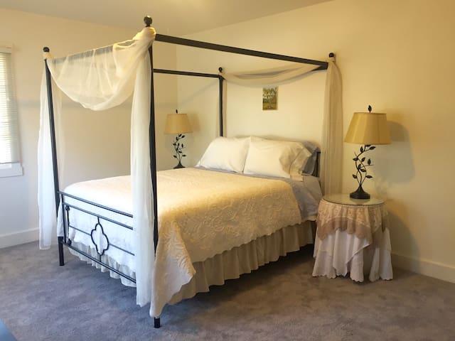 Oak Suite: Canopy Bed + Desk + Breakfast + Parking
