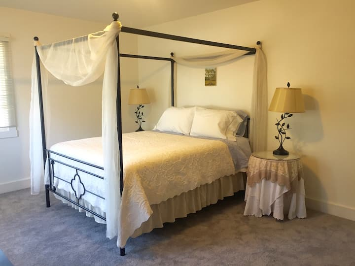 Oak Suite: Canopy Bed + Desk + Parking