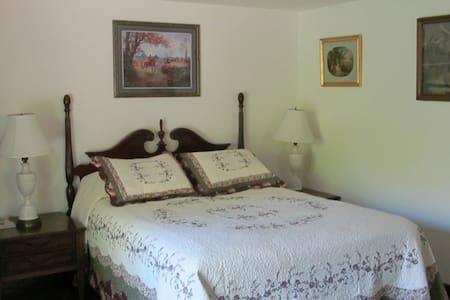 GatehouseGardens  - Effiency - New Paltz - Bed & Breakfast