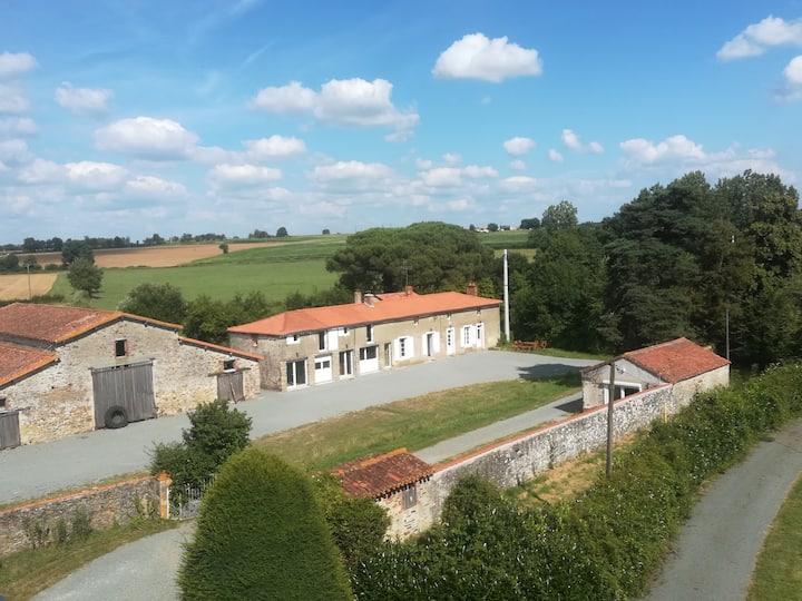 Gites de la Noue, La Sellerie, 15 m du Puy du Fou!
