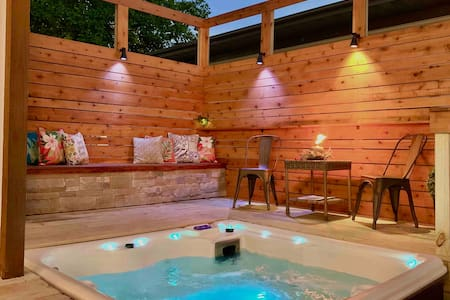 ⭐️ Modern Meets Vintage - Hot Tub & Fire pit🔥🛀