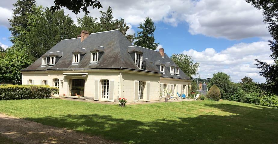 Vaste maison dans grand parc, proche Vieux Tours