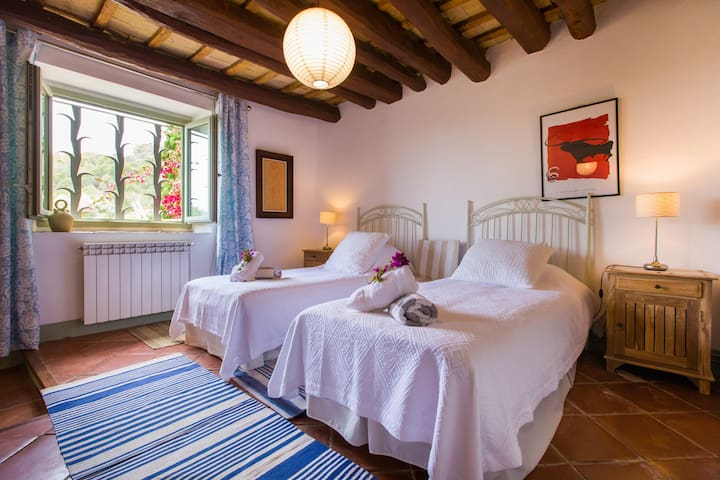 Manresa - two single beds and ensuite bathroom on ground floor