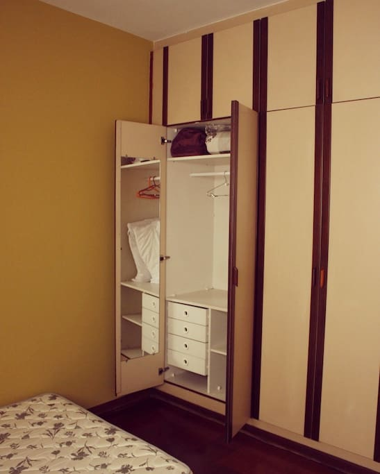 armário amplo com muitas gavetas, para deixar os pertences