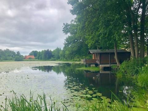 Idylická srub u jezera