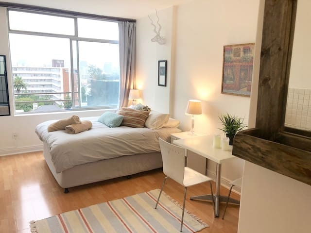 Entire Cozy Kloof Street Apartment