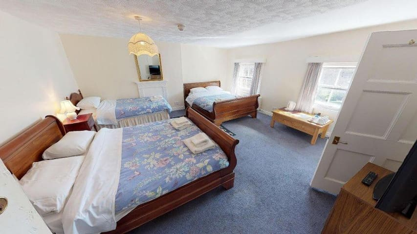 Family Room in Hotel; Near Alton towers & JCB
