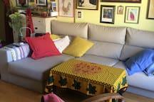 Vista parcial del salón. Sofá, sillones y TV Full HD, más wifi en toda la casa.