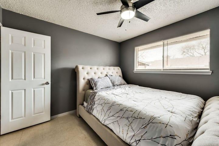 Private room in quiet neighborhood - White room