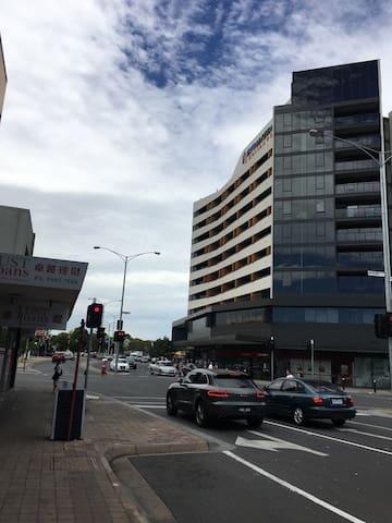 楼后火车站,楼前澳洲排名第一的华人街区 - Glen Waverley - Apartemen