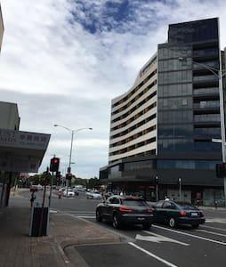 楼后火车站,楼前澳洲排名第一的华人街区 - 格倫韋弗利(Glen Waverley)