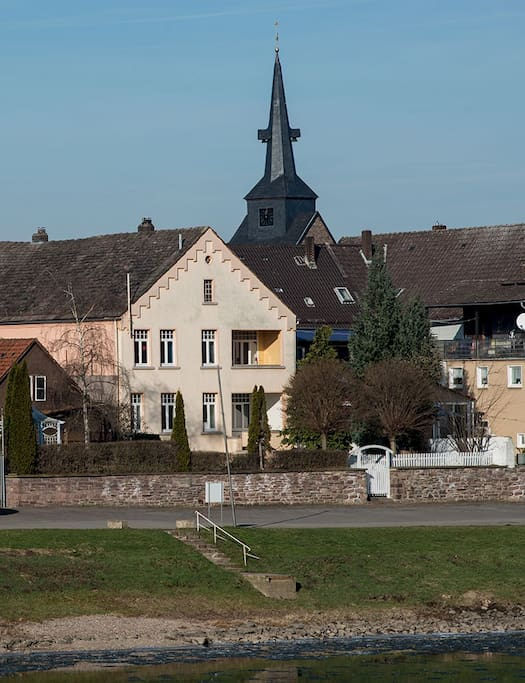 Blick vom anderen Weserufer mit Kirchturm