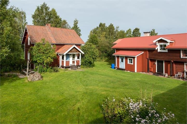 Klassisk dalagård med utsikt över Orsasjön.
