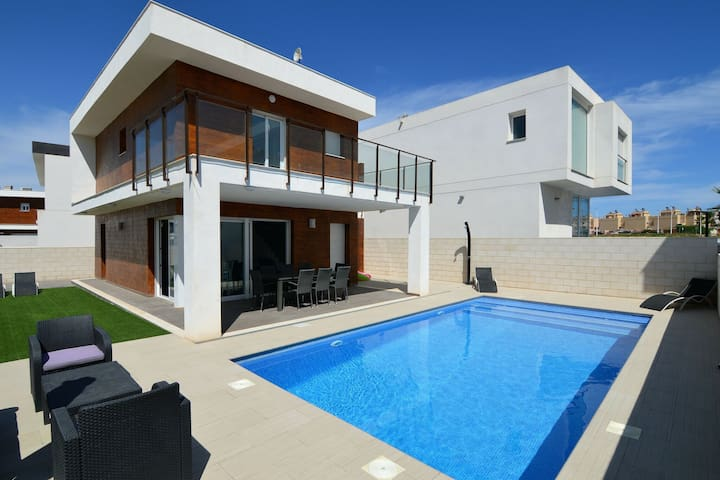 Splendid Villa in Gran Alacant with Private Swimming Pool