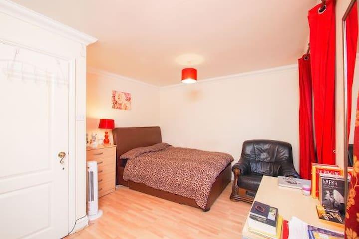 a spacious room London, Beckton
