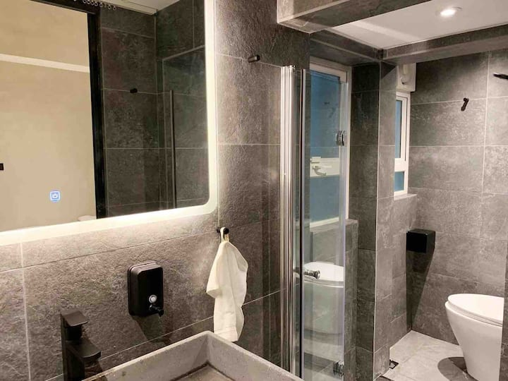 New 1# Family Room 1 min MTR 西九高铁/地铁/机铁/家庭独立卫浴公寓
