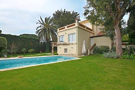 Villa à côté de la plage La Garoupe - Antiby