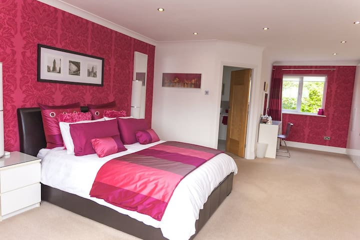 Luxurious spacious en-suite bedroom - Winsford