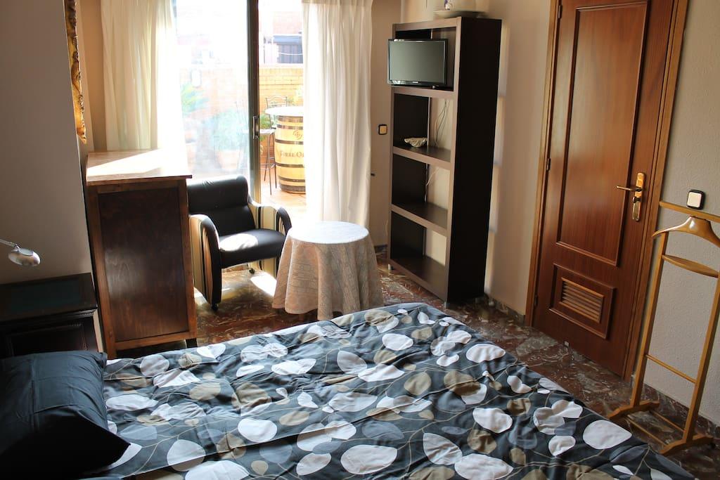 Habitacion con cama de matrimonio con TV y amplio armario.