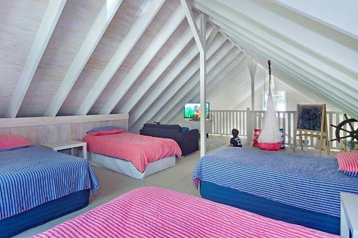 Main pavilion : bedroom 3 and playroom