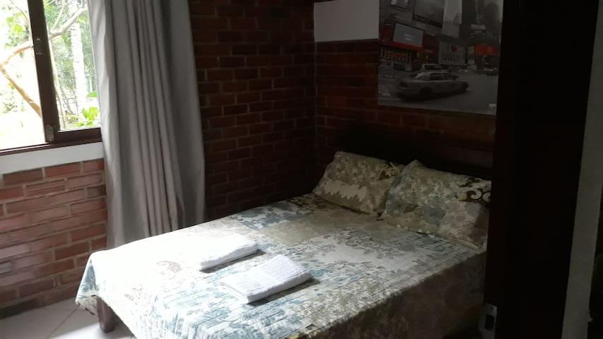 Quarto 4 - suíte com cama de casal.