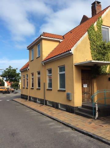 roligt værelser  tæt på butikker og restauranter - Rønne - Reihenhaus