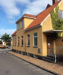 roligt værelser  tæt på butikker og restauranter - Rønne - タウンハウス