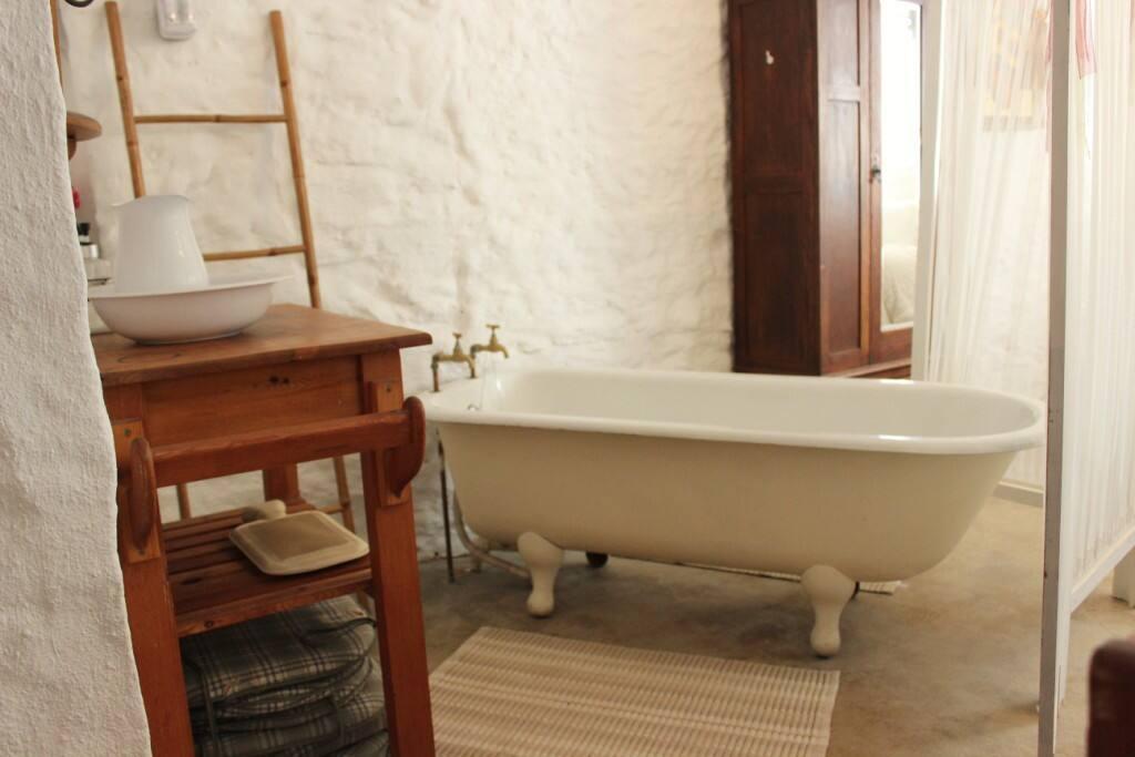 Cottage open plan bathroom