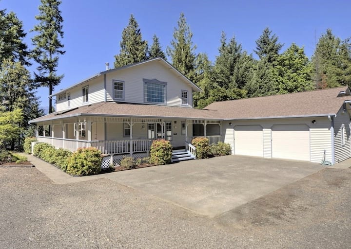 Spacious 4 bedroom Waterfront Home on Lake Cushman