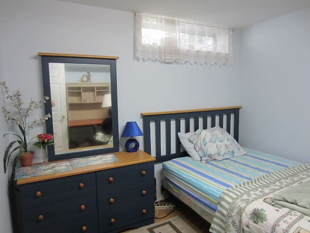Barrhaven Homestay - Spacious room #1 in basement