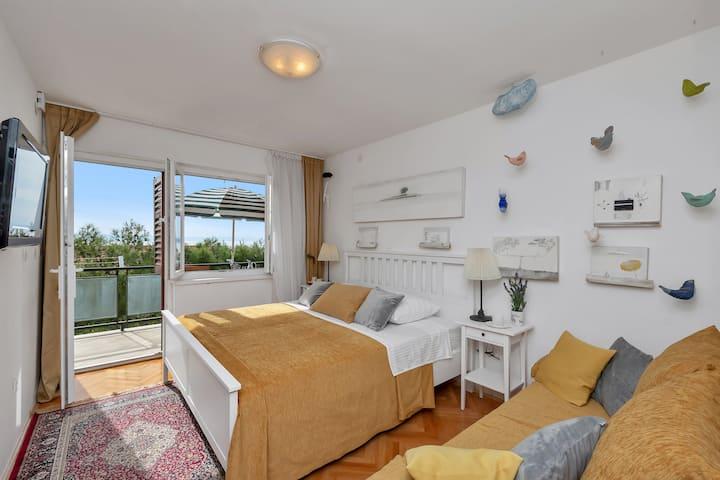 Small,cute,vintage studio apartment