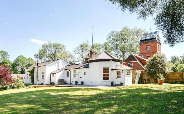 Quirky 250 year old octagonal annexe near Henley