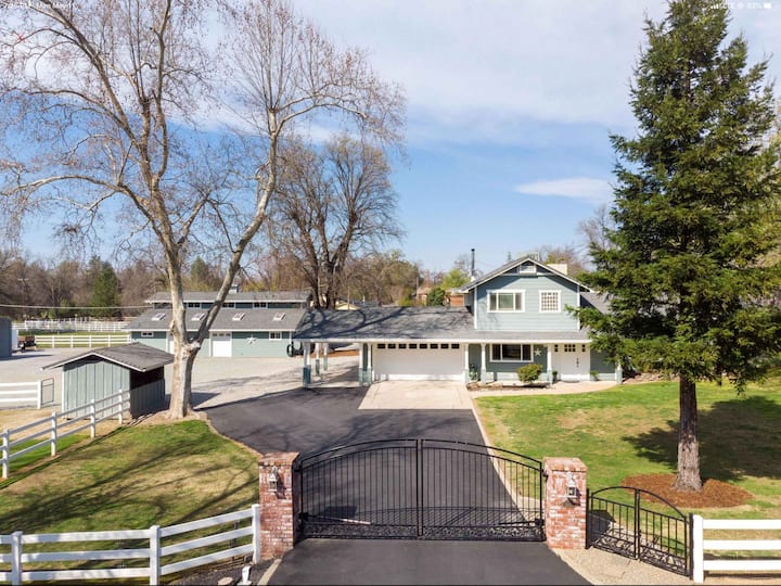 Beautiful Bethel country ranch and lovely pool